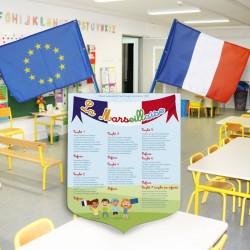 """Écusson porte drapeaux + 2 drapeaux """"La Marseillaise"""" pour école maternelle"""