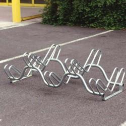 Un râtelier pour 5 vélos sur 2 niveaux. Design ondulé