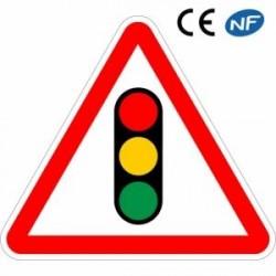Panneau de circulation annonce l'arrivée d'un feu tricolore (A17)