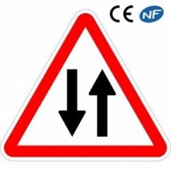 Panneau de signalisation annonçant une circulation dans les deux sens
