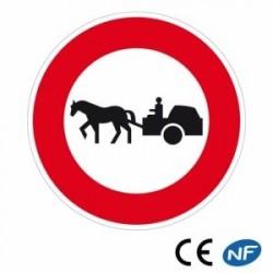 Panneau de police interdisant tout passage de véhicule tracté par un animal