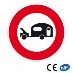 Panneau de route interdit aux véhicules tractant une caravane