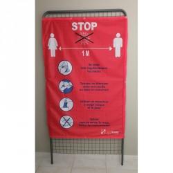 Un panneau en tissu avec message Covid 19 rappel des gestes barrières